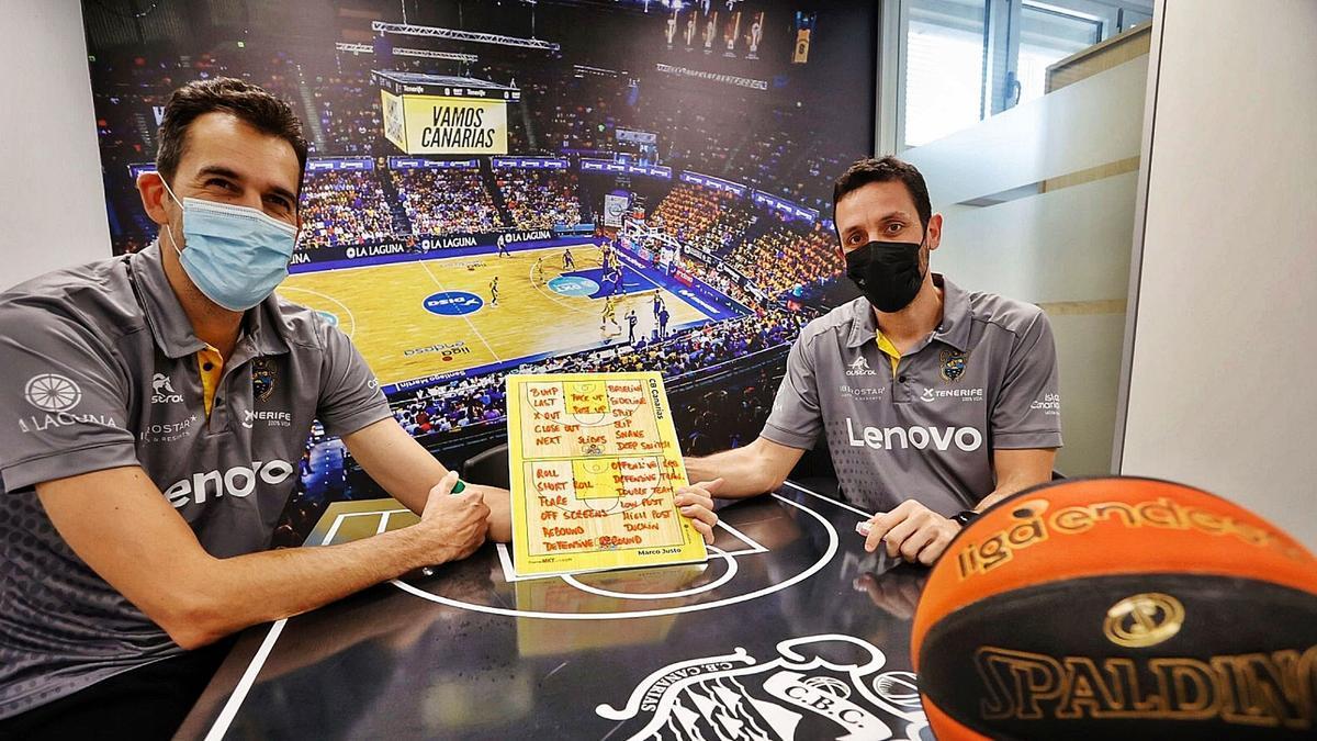 Nacho Yáñez (i) y Marco Justo, entrenadores ayudante del Lenovo Tenerife, en un despacho del Santiago Martín.