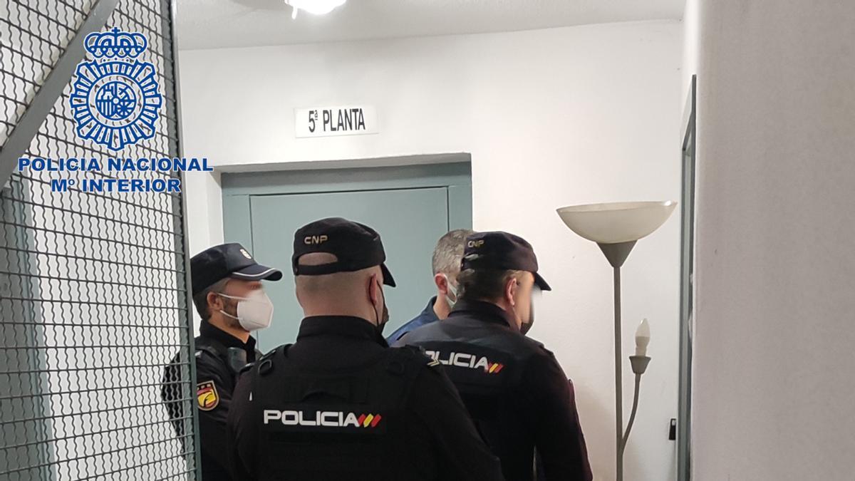 Los agentes detienen a la pareja de ocupas de un inmueble en Palma.