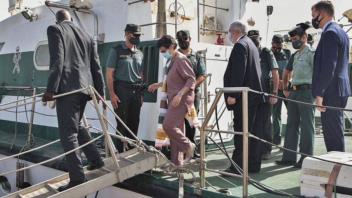 La ministra Arancha González Laya visitó ayer en Dakar el destacamento de la Guardia Civil que se encuentra en ese país y subió a las patrulleras.