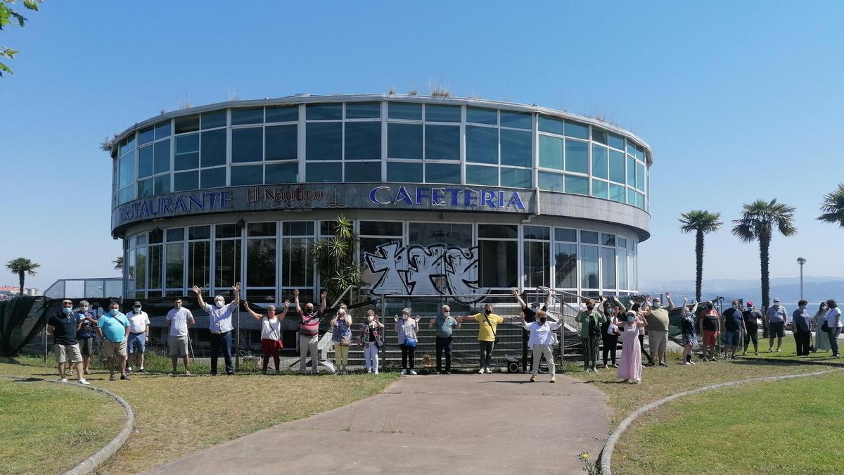 Vecinos de Sada concentrados ayer frente a la antigua cafetería El Náutico