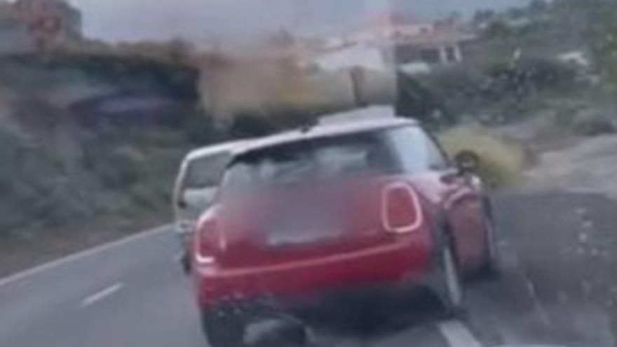 La última temeridad al volante en Canarias: Usa un descampado para adelantar a dos coches