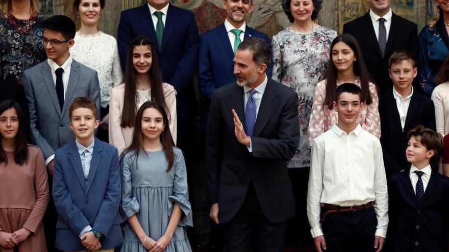 La zamorana, a la derecha del rey durante la recepción.