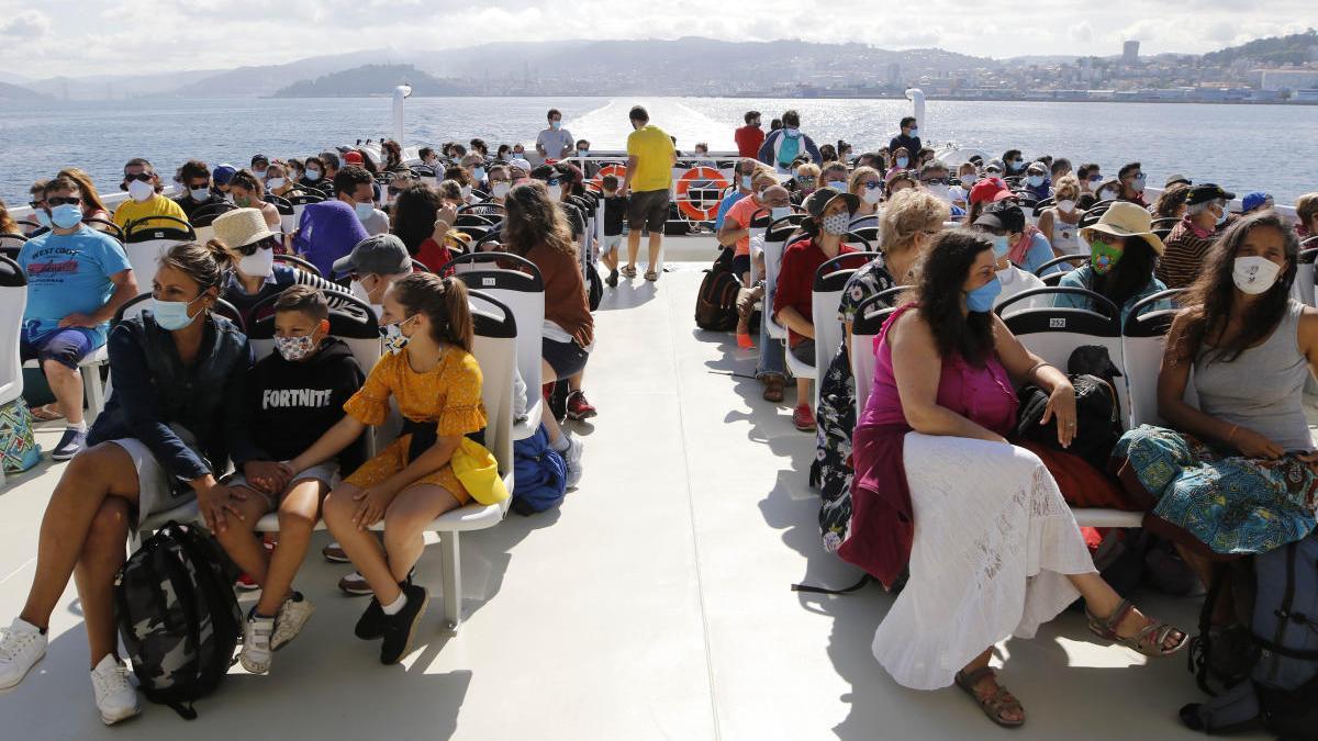 Uno de los primeros barcos hacia las Islas Cíes dentro de la nueva normalidad. // Alba Villar