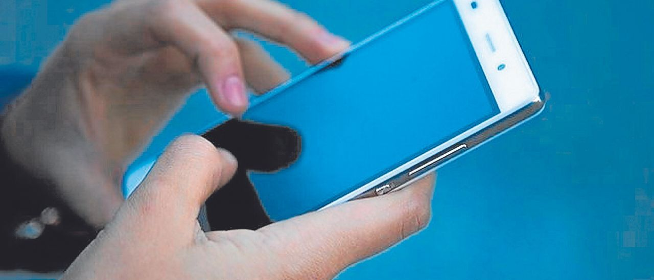 Una persona consulta el móvil