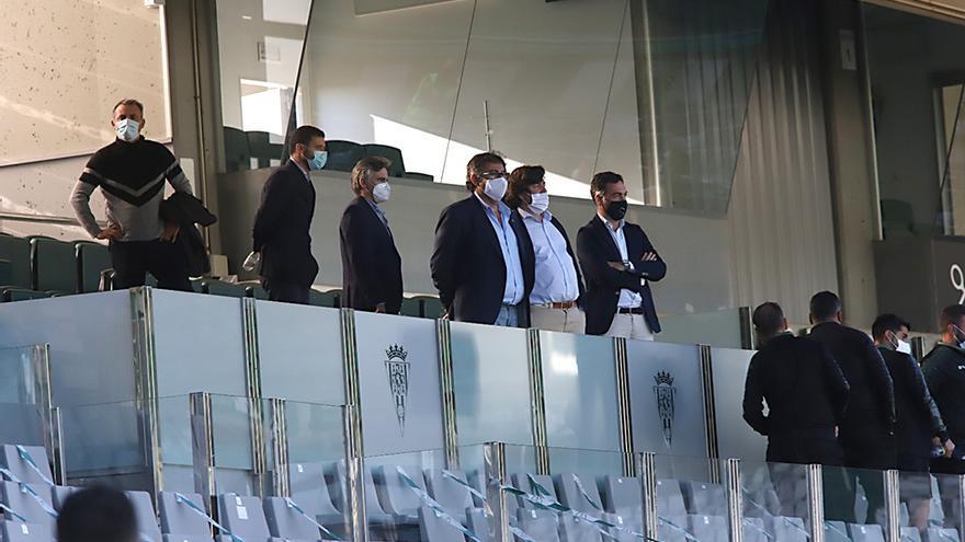 Directivos del Córdoba CF en la tribuna después del partido.jpeg