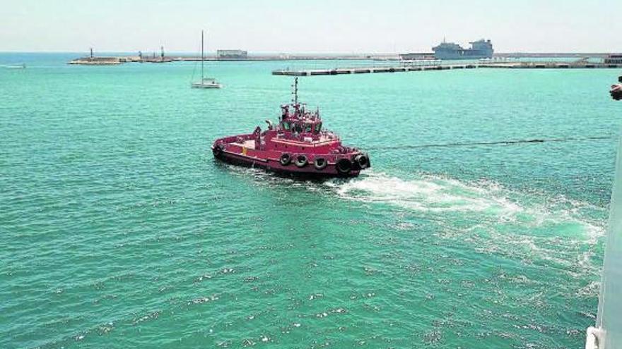 Un barco averiado de la Tras zarpa a Barcelona con 26 horas de retraso