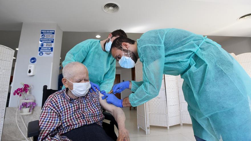 Córdoba empieza a aplicar la tercera dosis de la vacuna frente al covid en las residencias