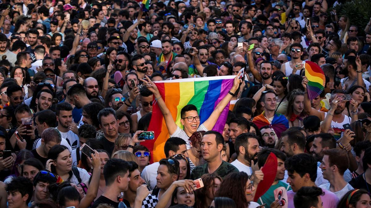 Asistentes al pregón que dio inicio a las fiestas del Orgullo 2018 en Madrid