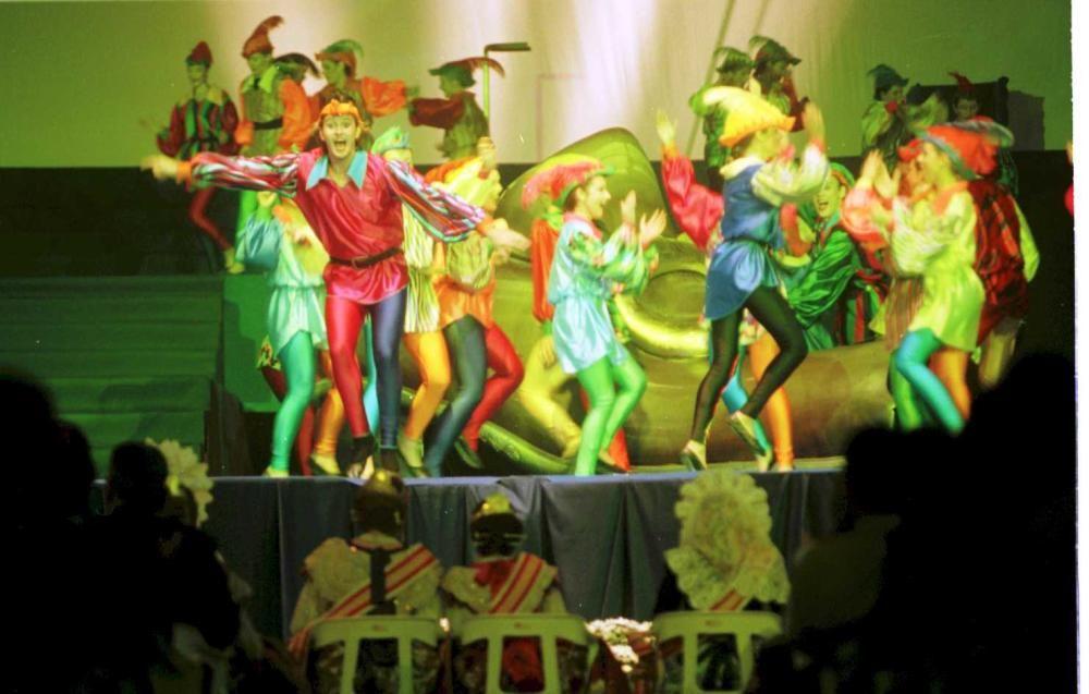 Corte 1999. La elección se trasladó a un nuevo escenario: el Palau Lluis Puig, empezando con un magistral espectáculo dedicado al Jardín del Turia. Se le daba un giro espectacular al acto.