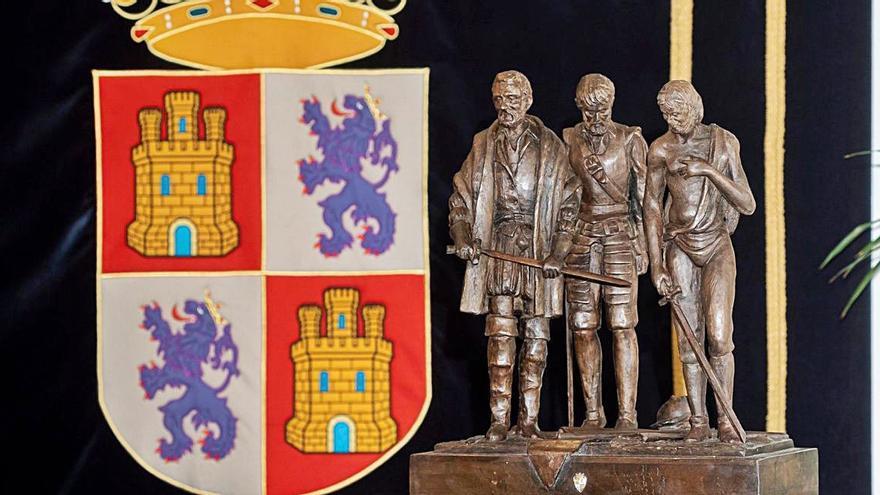 El rey Felipe VI recibe una escultura del zamorano Ricardo Flecha sobre los comuneros