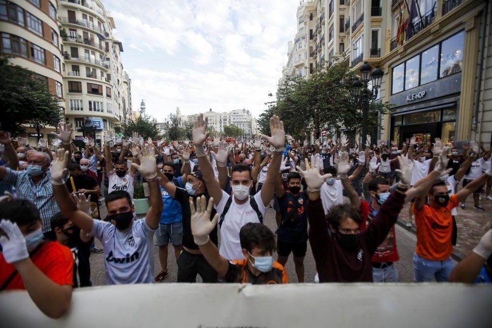 Aficionados del Valencia CF se manifiestan contra la gestión de Meriton al frente del club