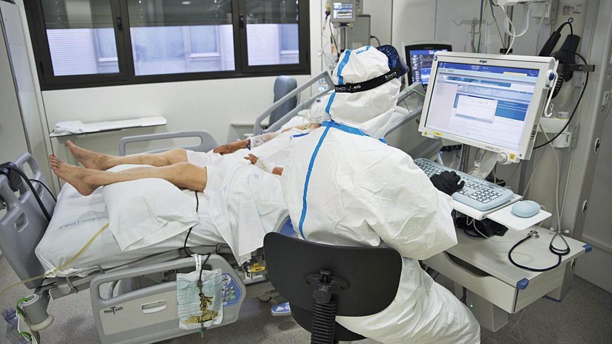 Un pacient és atès a la Unitat de Cures Intensives de Sant Joan de Déu