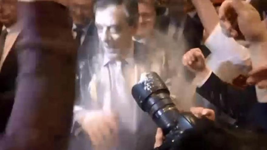 Arrojan un paquete de harina al candidato Fillon