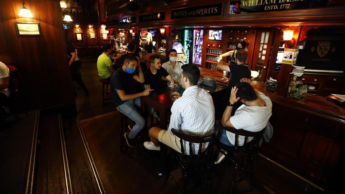 33 Un grupo de jóvenes disfrutando de unas copas en el bar Canterbury de Zaragoza.