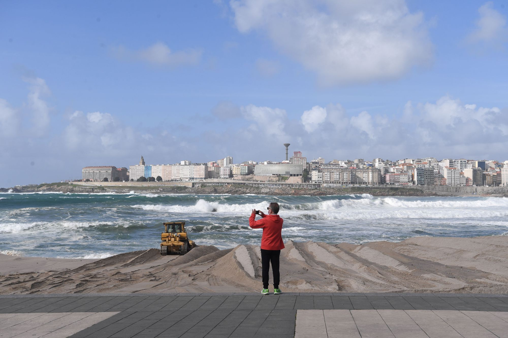La playa de Riazor se prepara para la temporada de verano