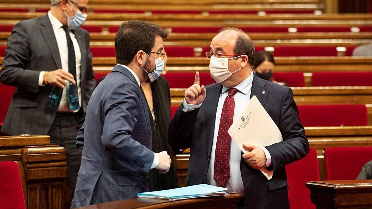 El vicepresident, Pere Aragonès, parla amb Miquel Iceta, cap del grup del PSC