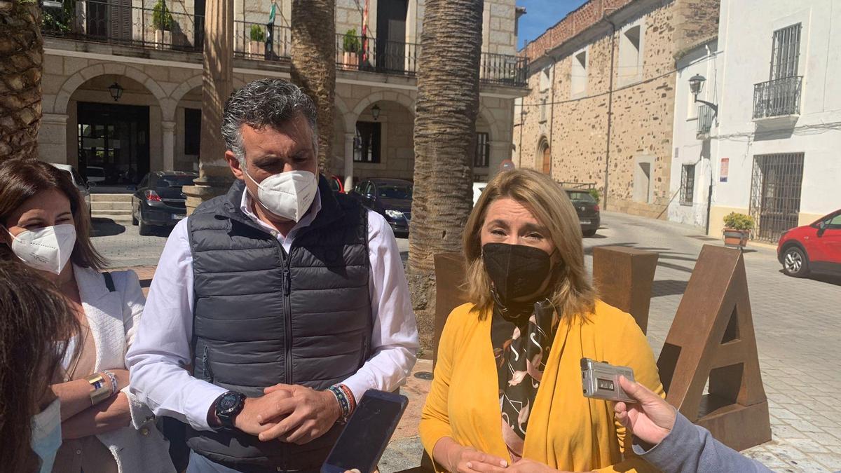 El alcalde y la portavoz del PP en la Asamblea de Extremadura, Cristina Teniente, ayer, frente al ayuntamiento