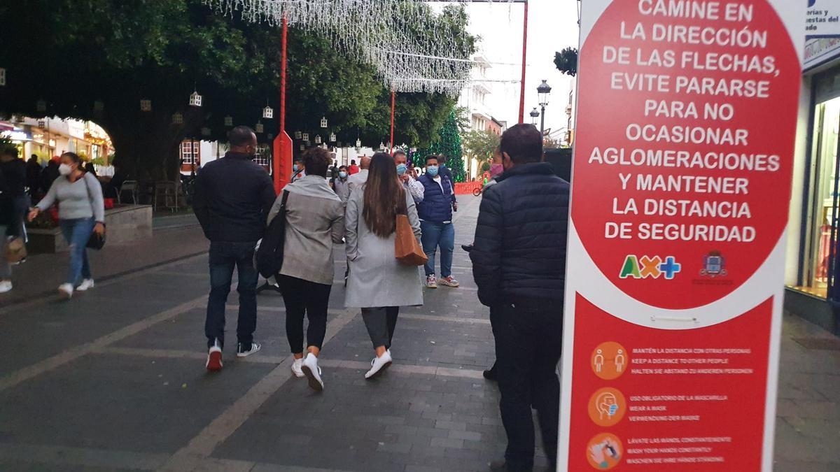 Ciudadanos palmeros pasean por el centro de Los Llanos de Aridane.