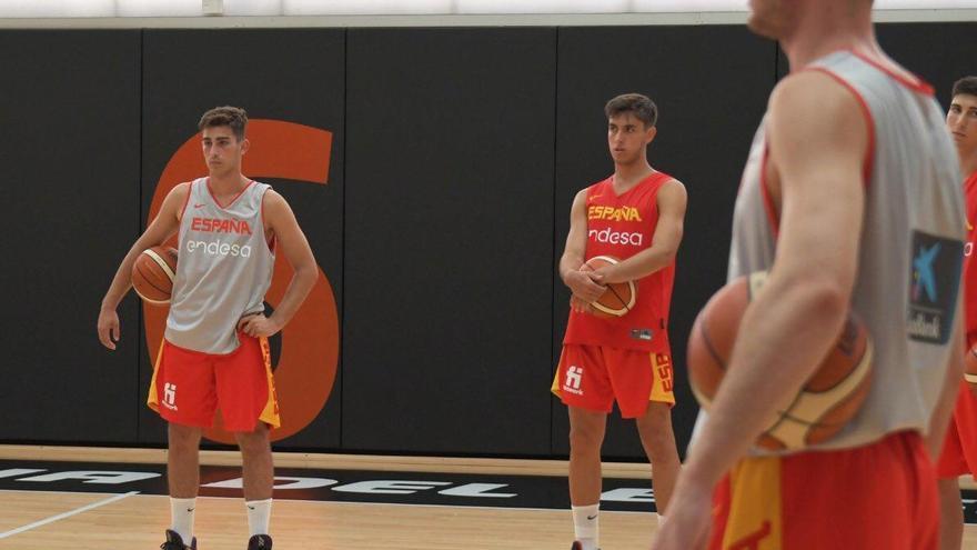 Pablo Sánchez, Jeffrey Godspower y Javi Rodríguez, con la Selección Española Sub18
