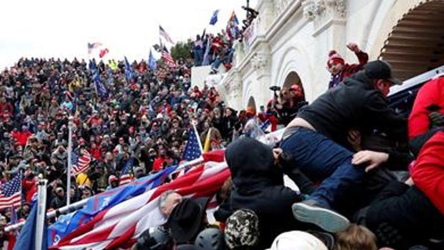 Cadena de dimissions entre alts càrrecs de la Casa Blanca després dels disturbis