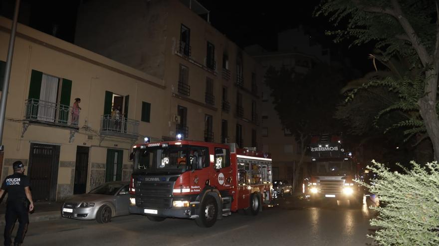 Al menos un herido al arder el edificio okupado de la calle Manacor