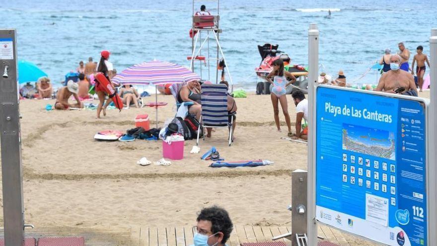 Canarias permite no llevar mascarilla en la playa si se está sentado y se guarda la distancia de dos metros