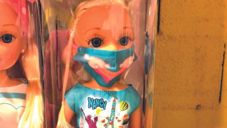 Muñecas con mascarilla y desactivar un virus: la covid llega a los juguetes