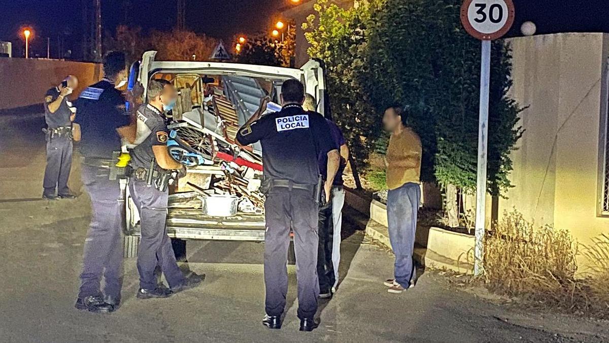 Agentes de la Policía Local de Sueca junto a los los detenidos por el presunto robo.   LEVANTE-EMV