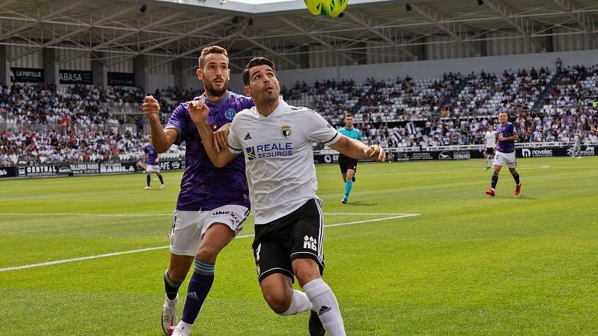 Kiko Olivas lluita amb Juanma García, en la derrota del Valladolid a Burgos (3-0). | BURGOS CF