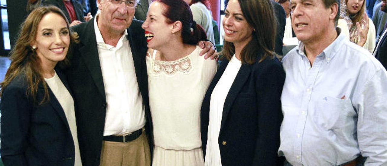 Patricia Hernández (en el centro) junto al candidato por Santa Cruz de Tenerife Francisco Hernández Spínola (a su izquierda), ayer.