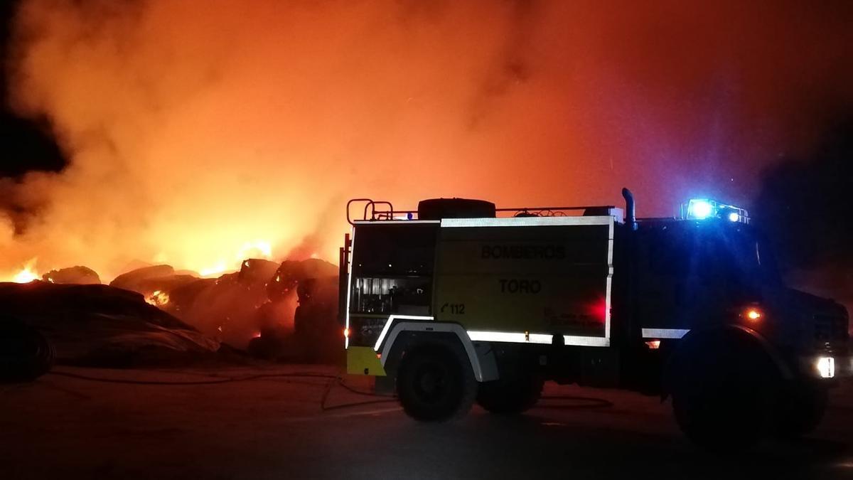 Los Bomberos de Toro trabajan en la extinción del incendio