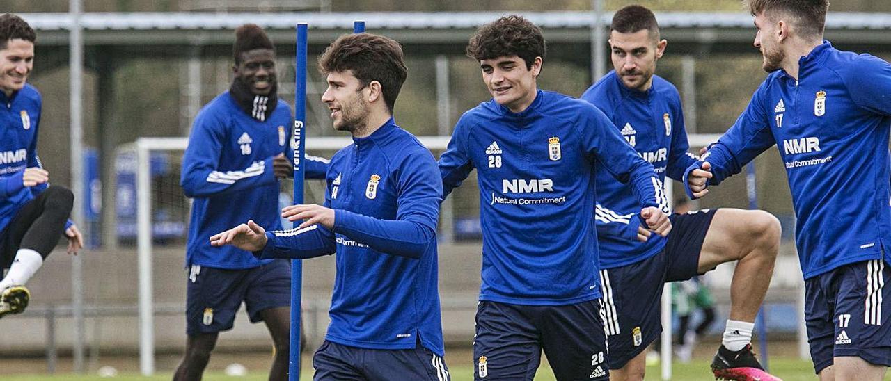 Javi Mier, detrás de Jimmy, ayer, en el entrenamiento del Oviedo. | Irma Collín