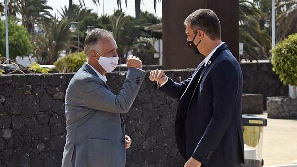 Ángel Víctor Torres y Pedro Sánchez se saludan, chocando sus codos, durante una visita del presidente español al Archipiélago.