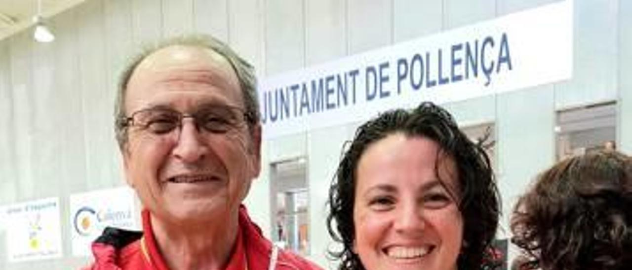 Carlos Martínez y Mª José Mompó posan con las medallas.