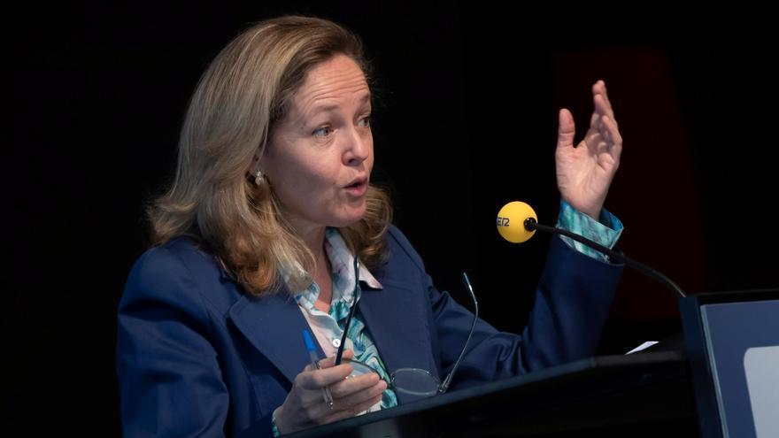 """Calviño pide a los ejecutivos de la banca mantener una """"enorme responsabilidad"""" en sus salarios"""