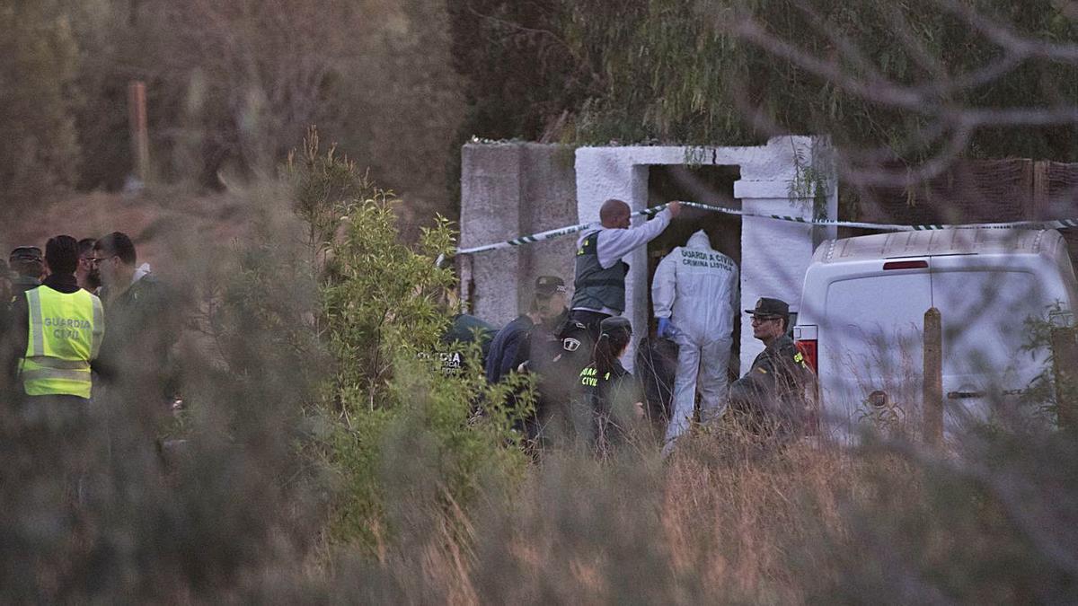 Agentes de la Guardia Civil la tarde en la que fueron hallados los cadáveres de los niños. | FERNANDO BUSTAMANTE