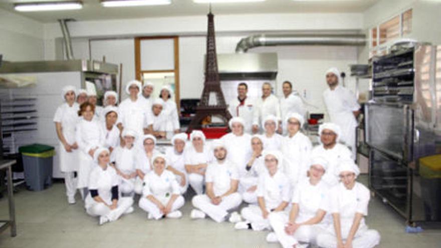 La Escuela de La Flota elaboran una Torre Eiffel de chocolate de dos metros