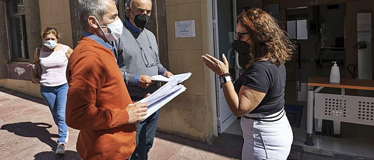 Francis Ruiz (i) y Pedro Patallo (d), tras presentar las firmas, ayer.     LP/DLP