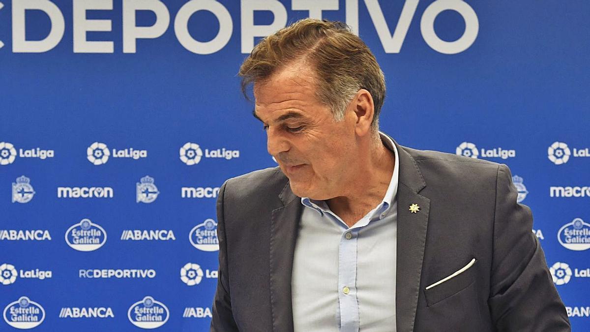 Fernando Vidal, antes de una rueda de prensa en Riazor. |  // CARLOS PARDELLAS