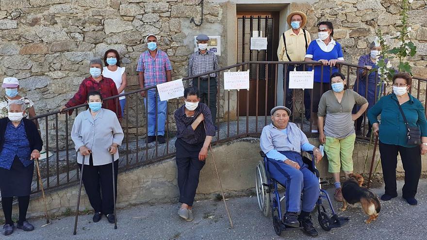Vecinos de Monumenta durante una concentración a las puertas del consultorio médico para reclamar la atención sanitaria presencial. | L. O. Z.
