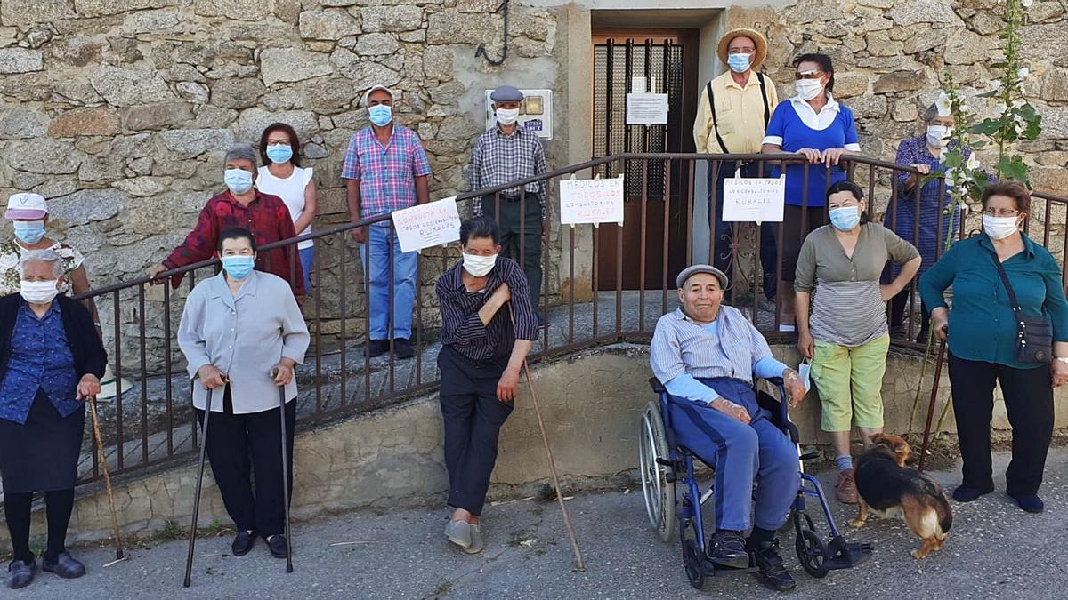 Vecinos de Monumenta durante una concentración a las puertas del consultorio médico para reclamar la atención sanitaria presencial.   L. O. Z.