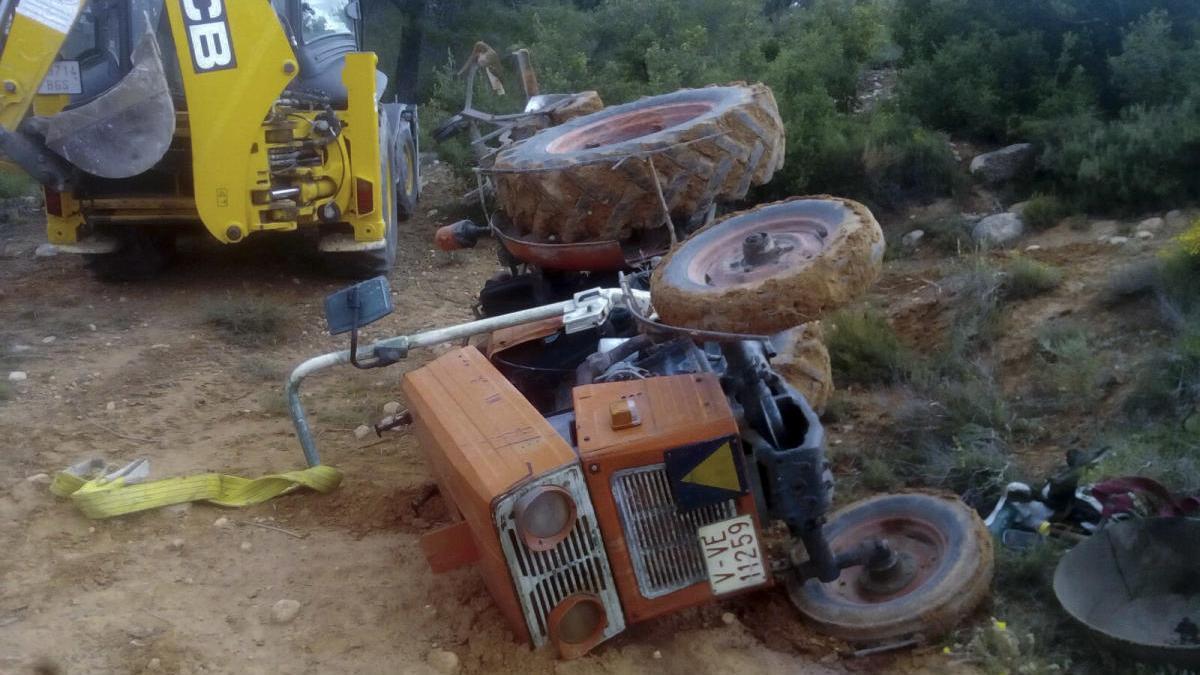 Un tractor volcado en Moixent, en una imagen de archivo
