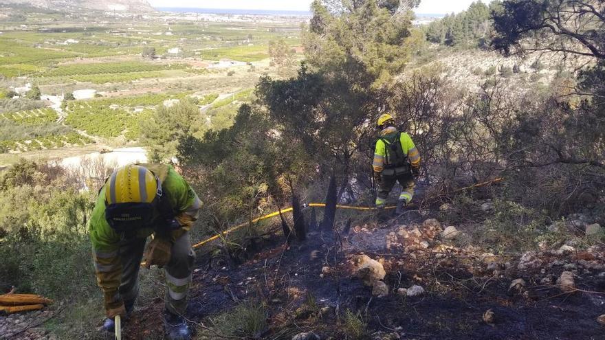 Los bomberos sofocan dos incendios en Beniarbeig y Benidoleig
