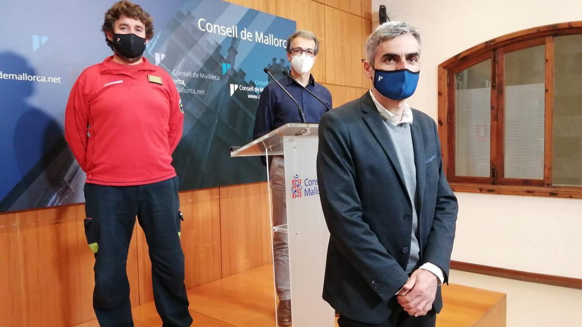 Pedro Ladaria, Xisco López y Josep Lluís Colom, en la presentación de la memoria de los Bombers de Mallorca.