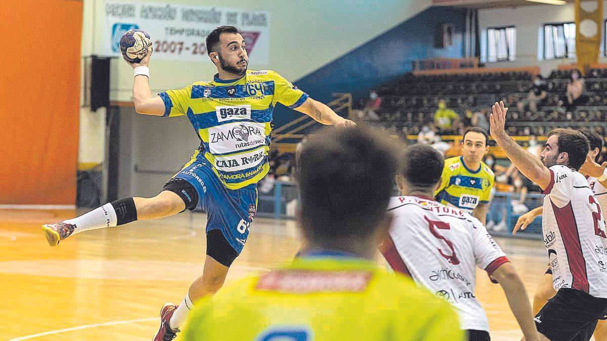 Sergio Sarasola se eleva para lanzar a portería en el partido jugado en Zamora ante BM Burgos.