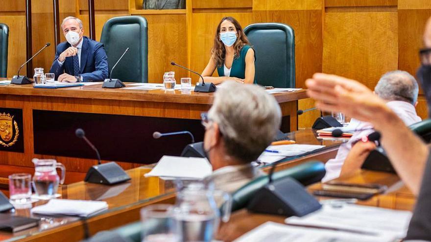 El recurso del PSOE a los pliegos de Limpieza agranda la brecha entre Azcón y la oposición