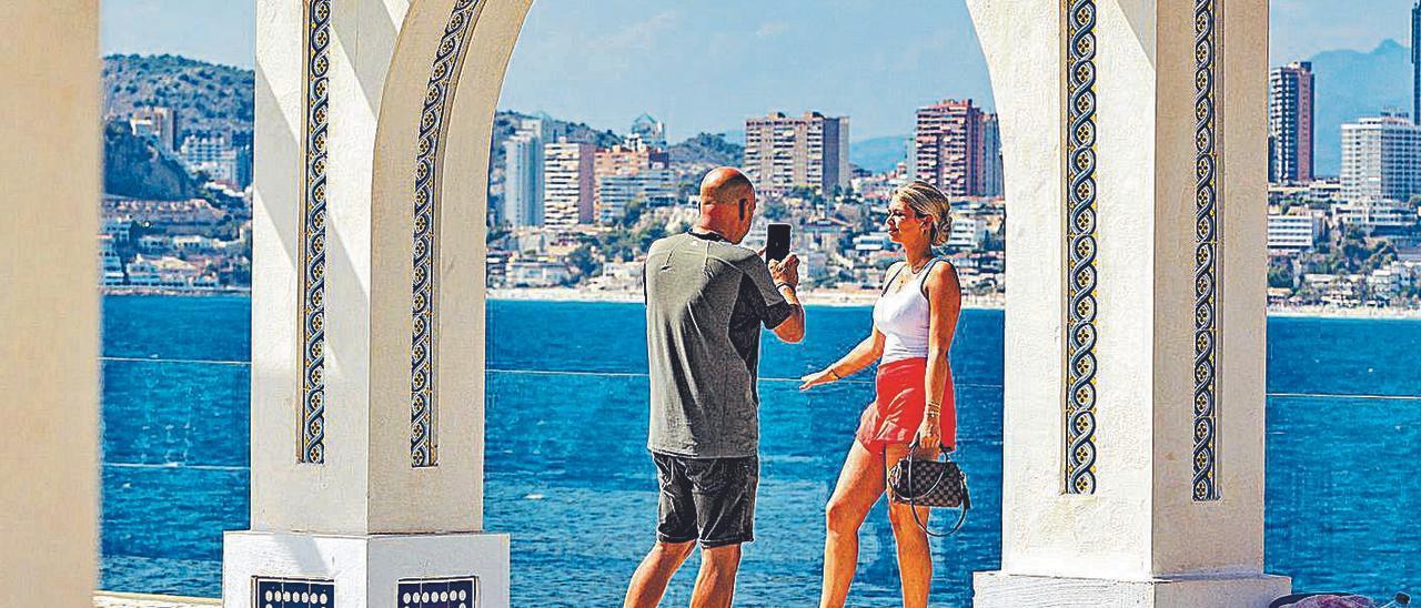 Dos turistas se fotografían esta semana en el Castell de Benidorm.   DAVID REVENGA