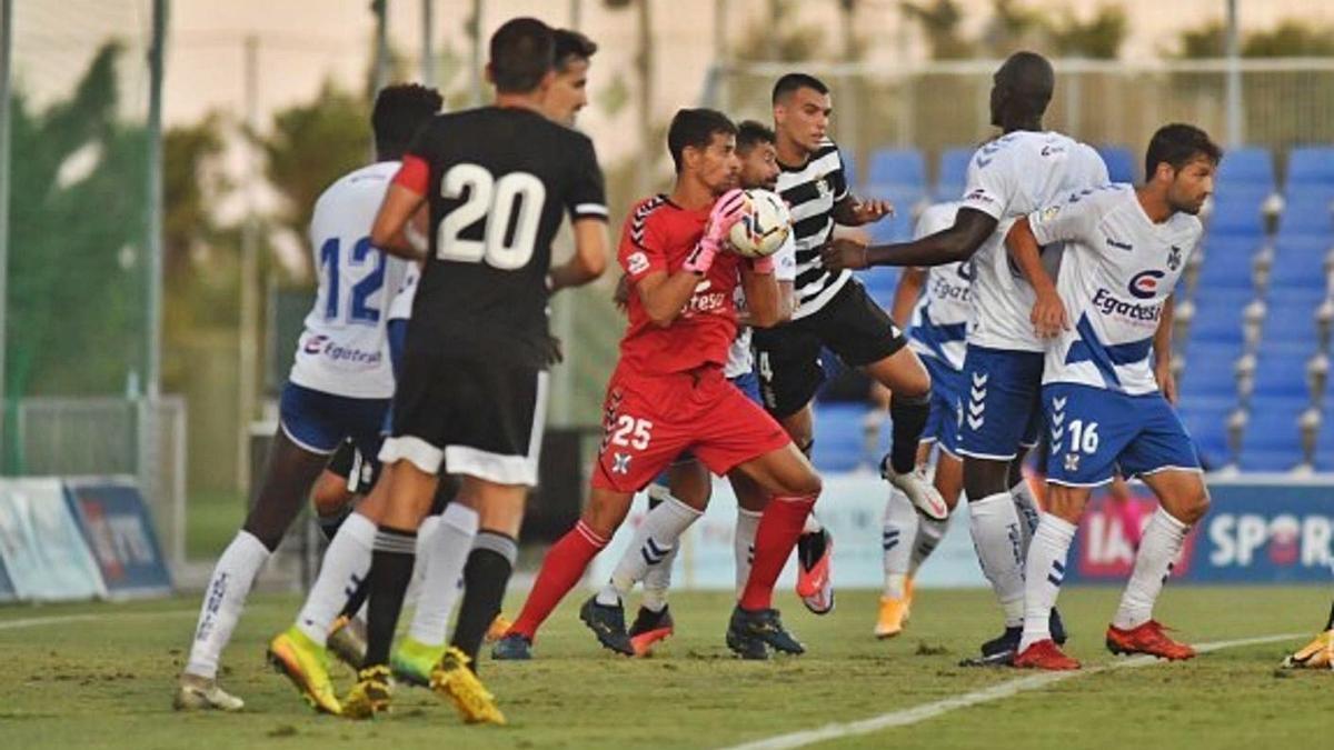 Dani Hernández atrapa un balón en el Tenerife-Cartagena jugado el verano pasado en Pinatar Arena. | | CDT