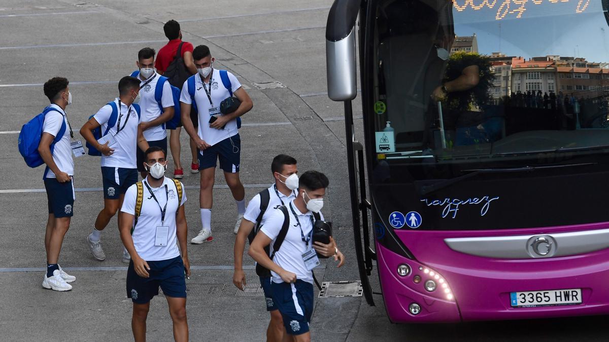 Jugadores del Fuenlabrada a su llegada al estadio de Riazor.