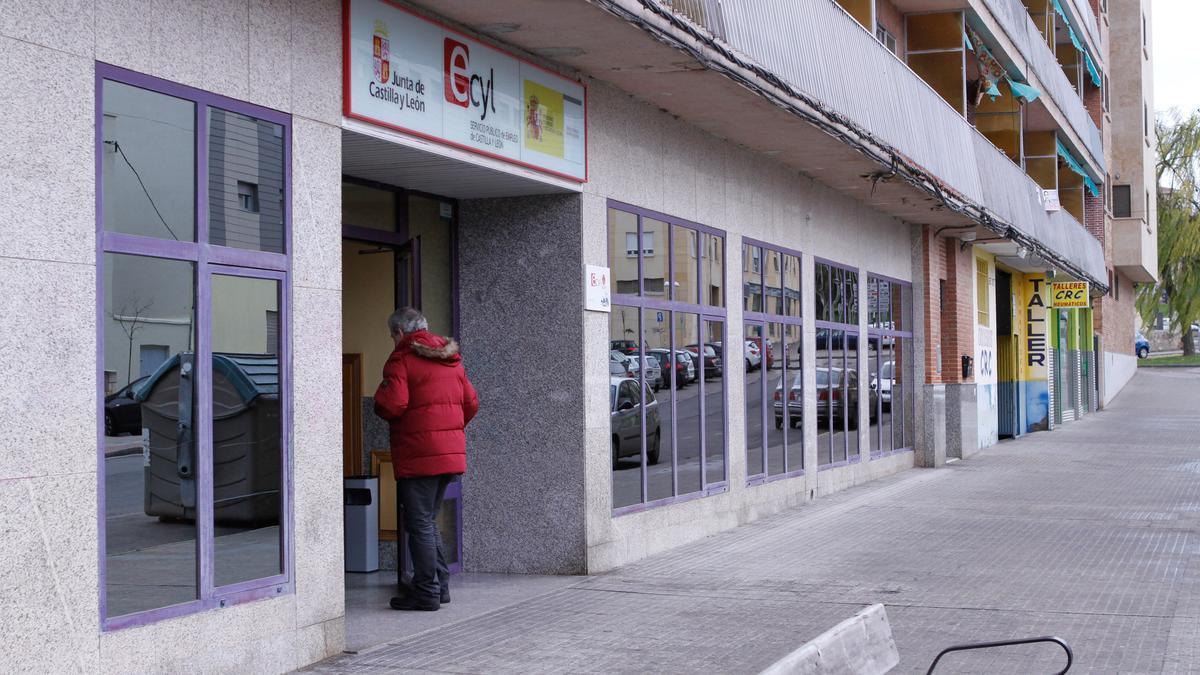 Una persona entra en la oficina del paro de Zamora.